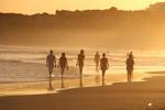 海滩上行走的人