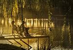 日落湖边垂钓者