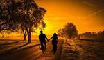 日落骑行情侣