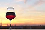 日落下的葡萄酒