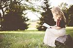 户外看书的女孩