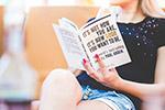 年轻读书女孩