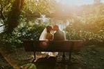 亲吻的新婚夫妇