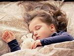 熟睡的小女孩