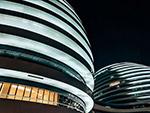 现代建弧形筑物夜景