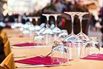 餐桌上的玻璃杯