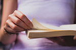 看书的女性