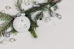 白色圣诞球特写