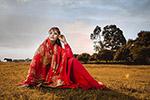 草地红衣女子