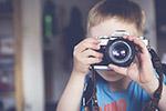 拍照的小男孩