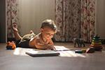 看书的小男孩