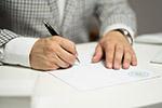 签署文件男子