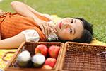 草地野餐女子