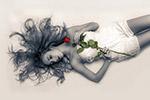 躺着拿玫瑰美女