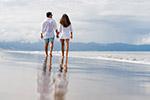 海滩漫步情侣