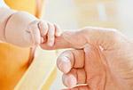 触碰婴儿的手